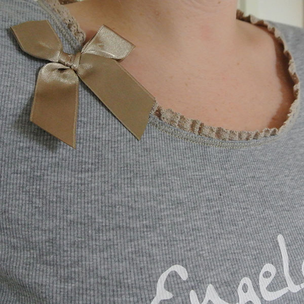 Louis&Louisa_Pyjama_Engelchen_grau_Detail_Hals mit Schleife