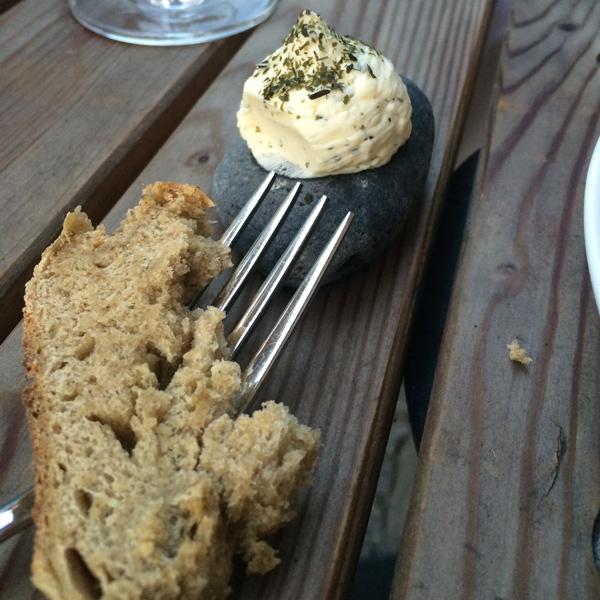 Butter auf Stein serviert mit Brot