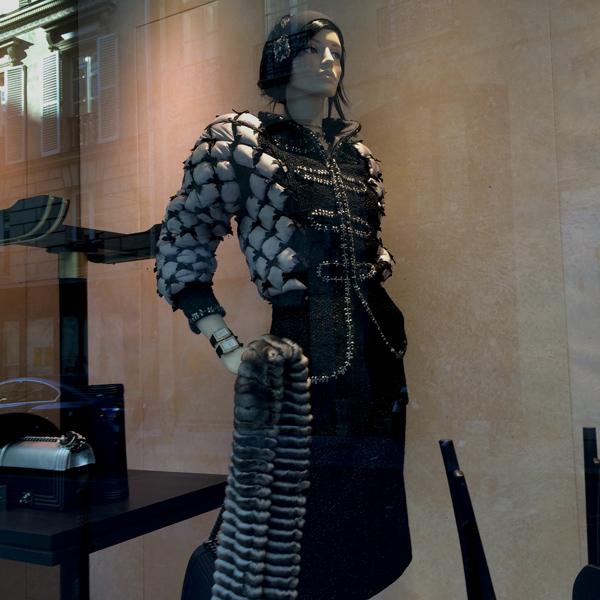 Chanel Schaufenster Puppe in schwarz und weiß