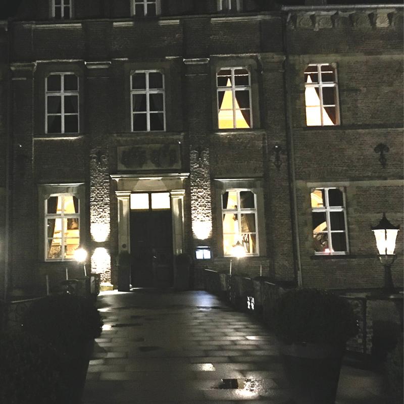 Nachts vor dem Schloßhotel Hugenpoet Essen-Kettwig