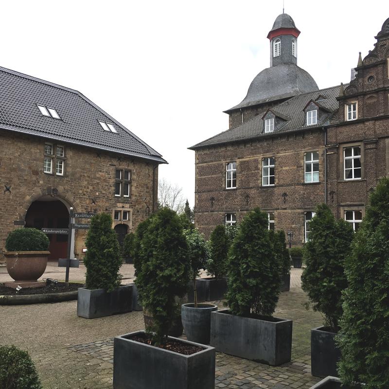 Wasserschlosshotel-Hugenpoet-Vorplatz_1