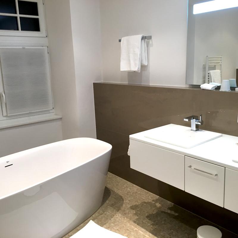edles weißes Badezimmer im Wasserschloßhotel Hugenpoet