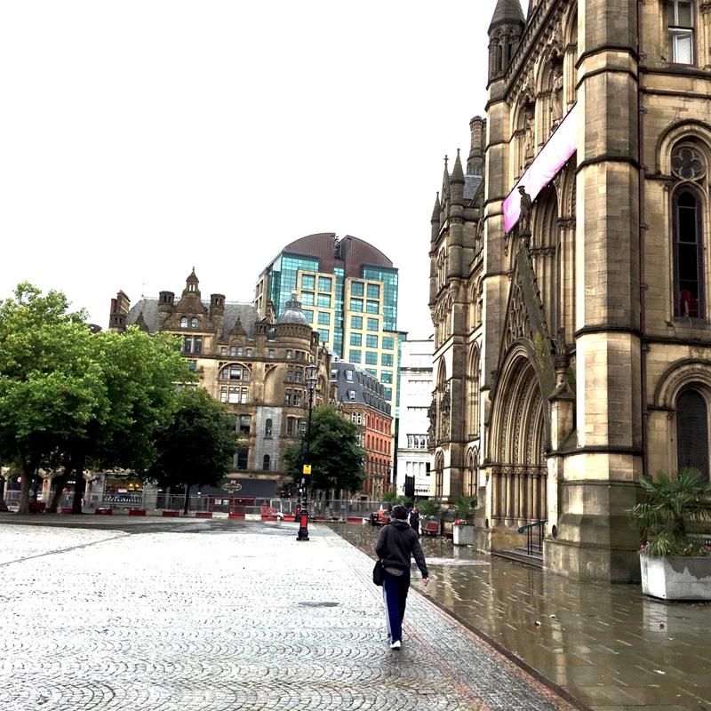 Manchester Rathaus mit Umgebung moderener Gebäude