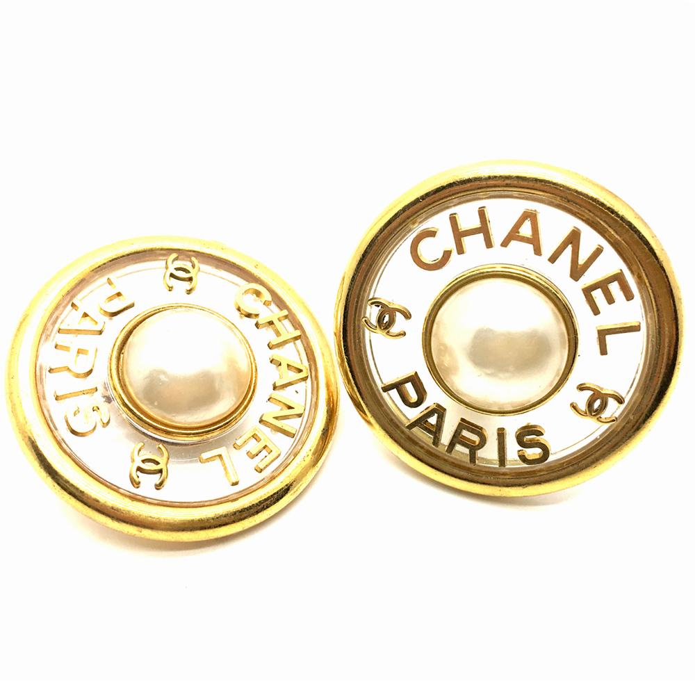 Chanel Vintage Ohrringe in transparent mit gold Logo und Perle