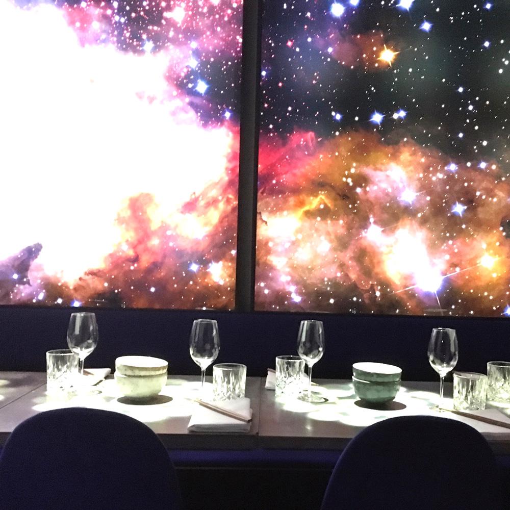 Roy&Pris Restaurant Berlin beleuchtete Kosmoswand