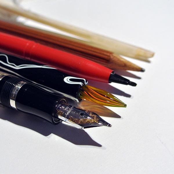 Kalligrafie, verschieden Federn, Kiele, Faserschreiber