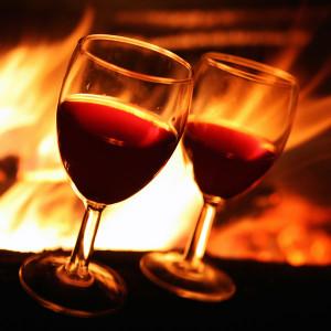 Kaminfeuer mit Rotwein