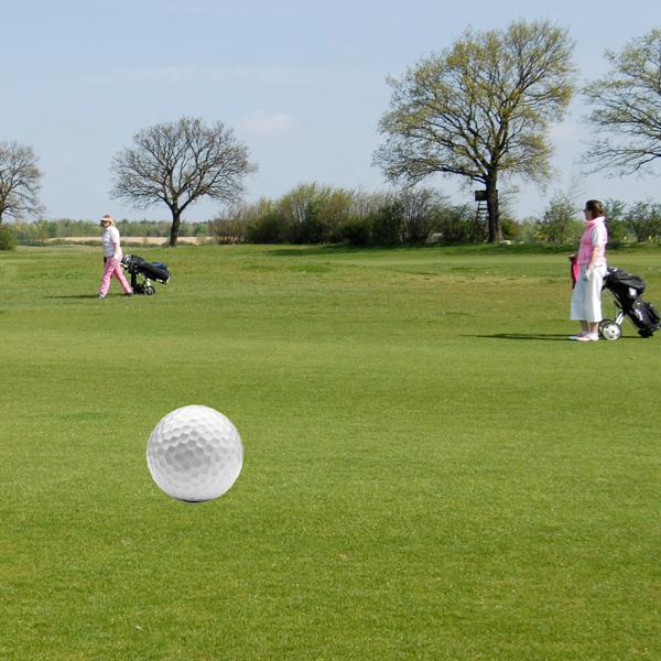 zwei Frauen auf dem golfplatz