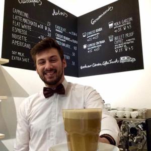 Henri vom Garcon de Cafe lädt zum Latte ein