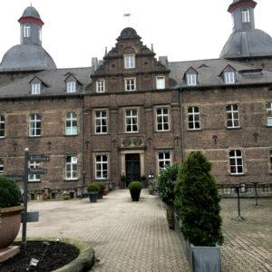 Auffahrt und Vorplatz vom Wasserschlosshotel Hugenpoet Essen-Kettwig